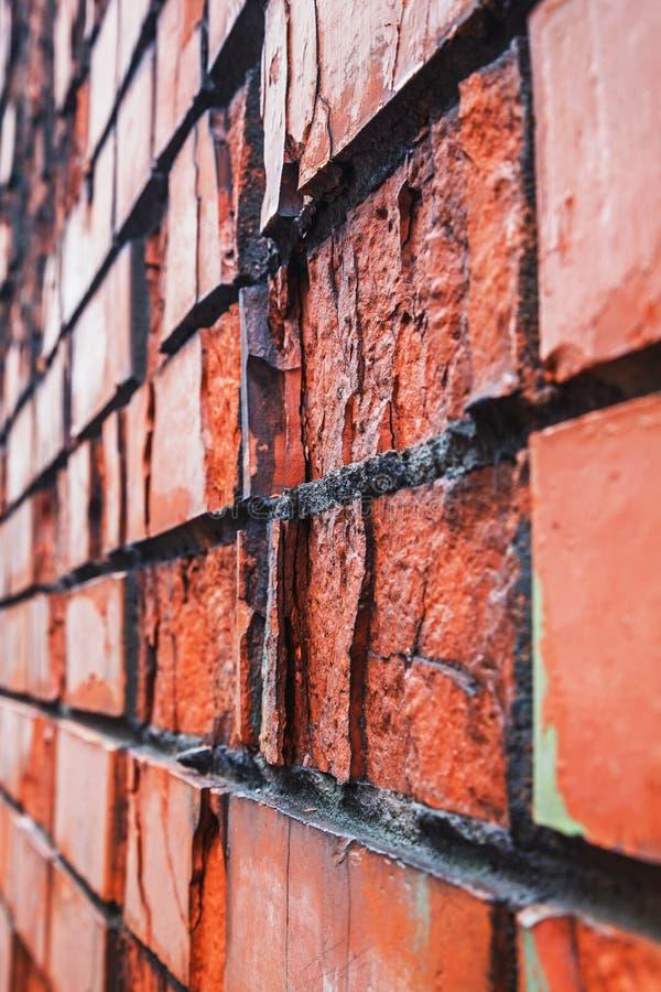 Perspektivsikt av den gamla röda destructed tegelstenväggen arkivfoto