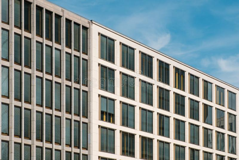 Perspektivsikt av moderna kontorsbyggnader och blå himmel royaltyfria foton