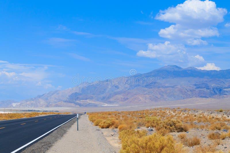 Perspektivväg, Death Valley, USA royaltyfri fotografi