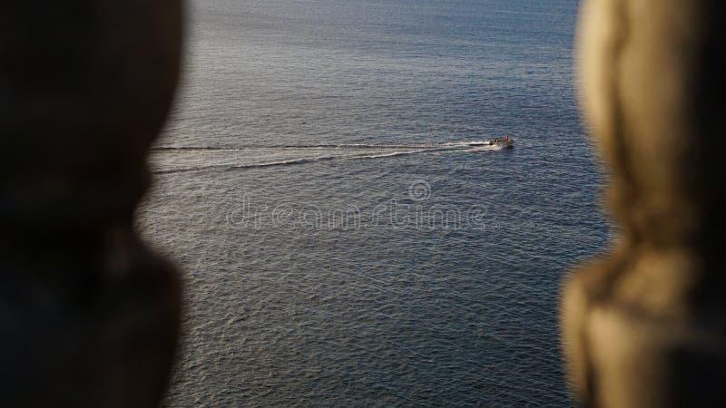 Perspektywa łódź ratunkowa & połów drużyna żegluje przez ocean spokojnego obraz royalty free
