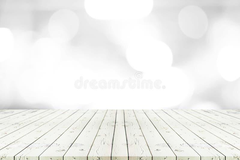 Perspektywa pusty biały drewniany stół na wierzchołku nad plamy tłem zdjęcie stock