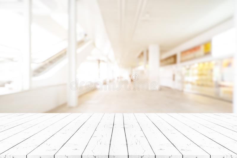 Perspektywa pusty biały drewniany stół na wierzchołku nad plamy tłem, może być używać egzaminem próbnym dla w górę montaży produk obrazy stock
