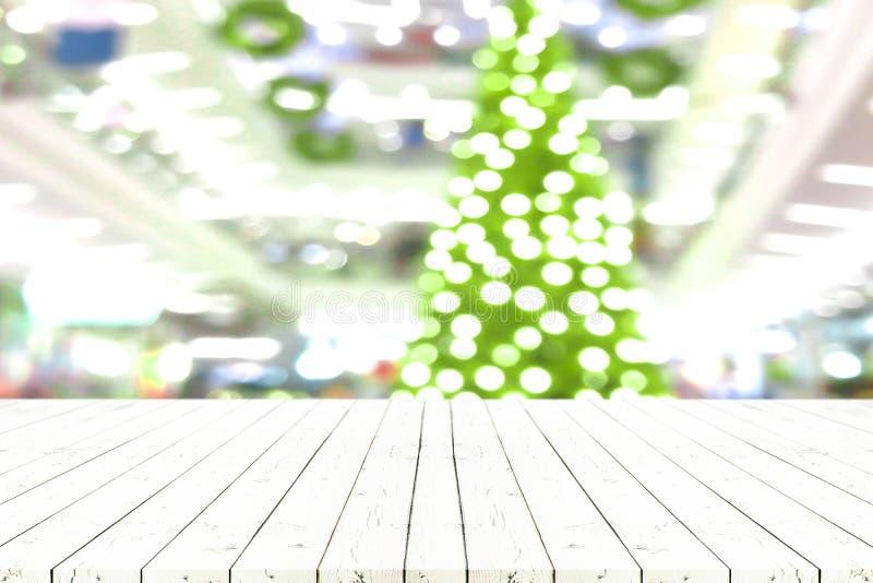 Perspektywa pusty biały drewniany stół w frontowym ofchristmas drzewie a zdjęcia stock