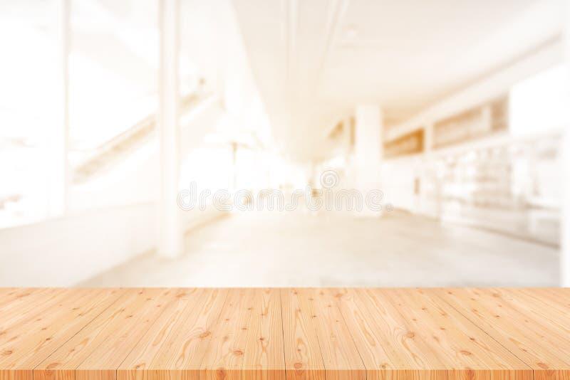 Perspektywa pusty sosnowy drewniany stół na wierzchołku nad plamy tłem, może być używać egzaminem próbnym up dla montaży produktó zdjęcie stock