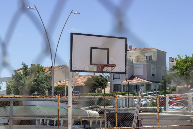 Perspektywa strzelał koszykówka obręcz od metali drutów obrazy stock