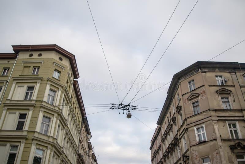 Perspektywa ulicy krzyżowej we Wrocławiu, Polska, w przeciwieństwie do nowych i starych budynków i drutu ze światłem ulicznym obraz stock