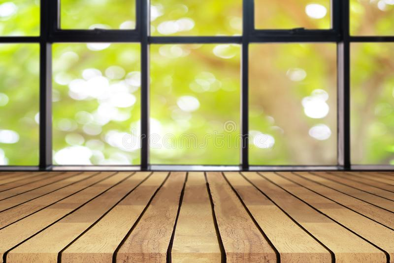Perspektywiczny drewnianej deski pusty stół na wierzchołku nad zamazanym naturalnym tłem, może być używać egzaminem próbnym dla w obraz royalty free
