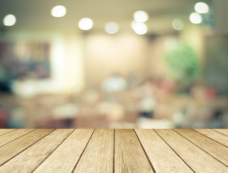 Perspektywiczny drewno nad zamazaną restauracją z bokeh tłem obraz royalty free