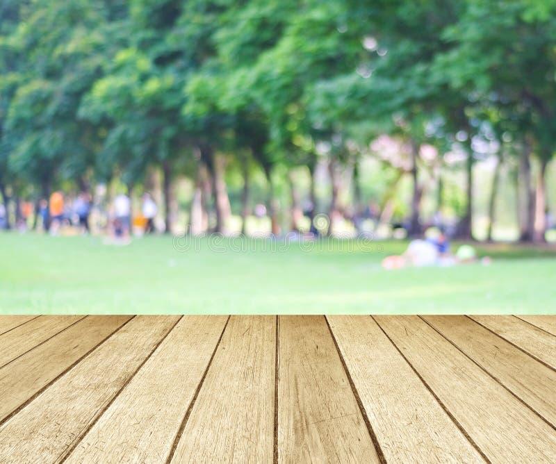 Perspektywiczny drewno z zamazanymi ludźmi aktywność w parkowym backgrou obrazy stock