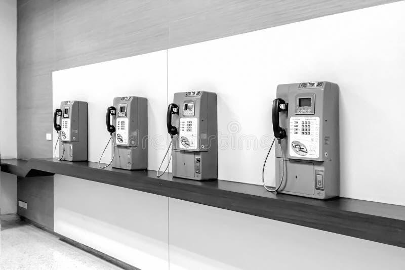 Perspektywiczny rząd przestarzały jawny telefon w Czarny i biały zdjęcie royalty free