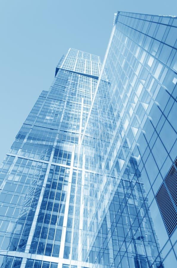 Perspektywiczny szeroki kąta widok błękitny szklany budynku drapacz chmur obrazy stock