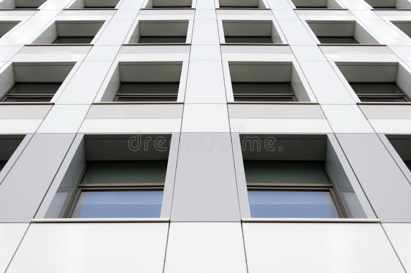 Perspektywiczny widok nowożytna szara budynek fasada z okno Architektoniczny wzór zdjęcia stock