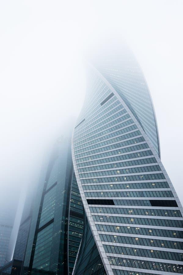 Perspektywiczny widok nowożytni drapacze chmur otwarci mgłowy niebo fotografia stock