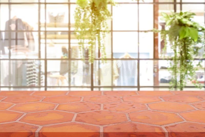Perspektywy Mon pusta ceglana posadzkowa gliniana cegła nad zamazanym centrum handlowego tłem, produktu pokazu montaż dato che pr obraz royalty free
