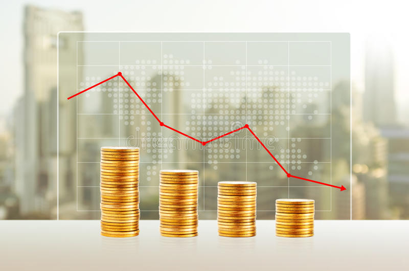 Perte d'argent, concept d'affaires Piles de pièce d'or Finances vers le bas image libre de droits