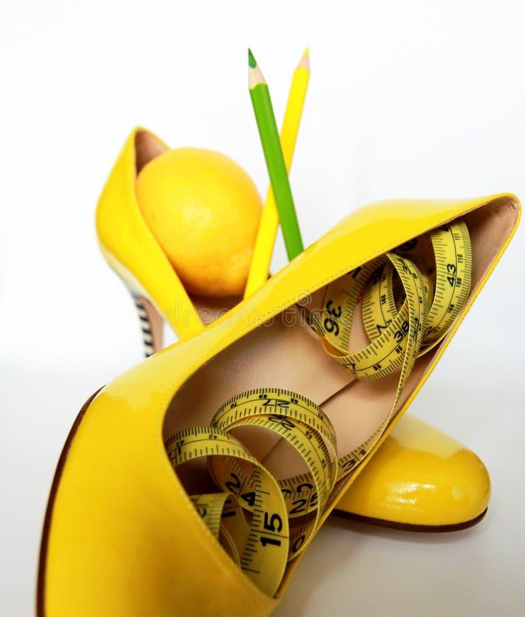 Perte de poids Bande de mesure enroulée autour des citrons photo libre de droits