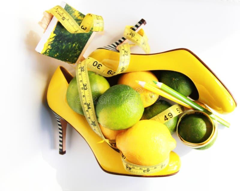 Perte de poids Bande de mesure enroulée autour du citron photographie stock libre de droits