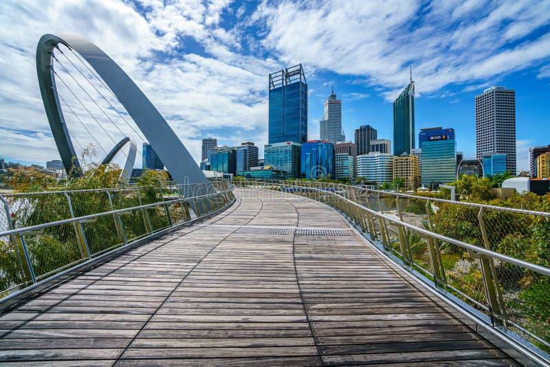 Perth, Austrália - 18 de outubro de 2018: ponte do cais de elizabeth e skyline de perth imagem de stock royalty free