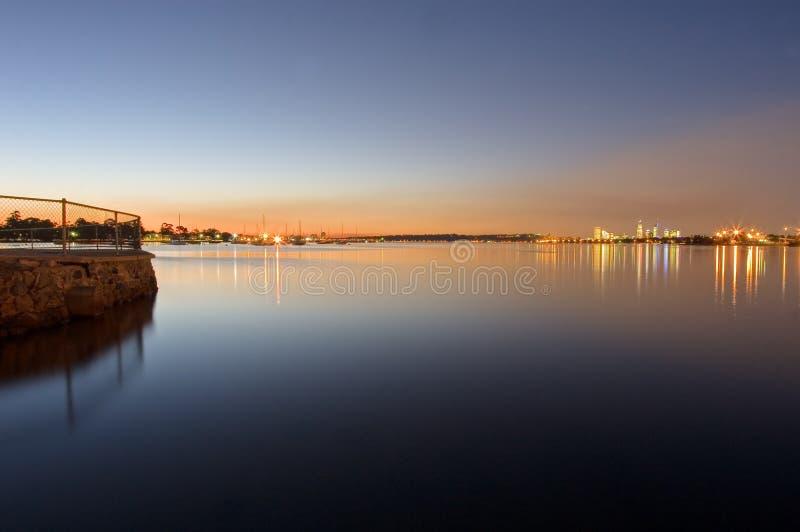Perth-Dämmerungssonnenuntergang auf Schwanfluß mit cityline lizenzfreie stockbilder