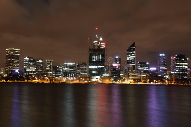 Perth en la noche a través del río del cisne fotos de archivo libres de regalías