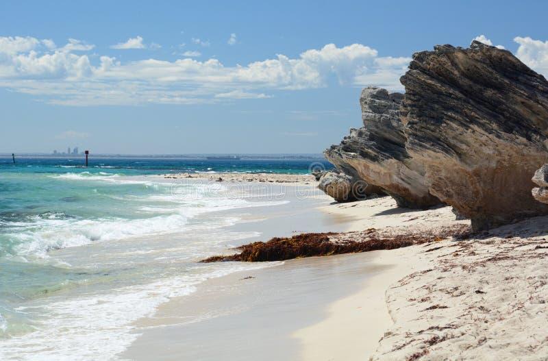 Perth horisont från den Thomson Bay stranden mest rottnest ö Västra Australien australasian arkivbilder