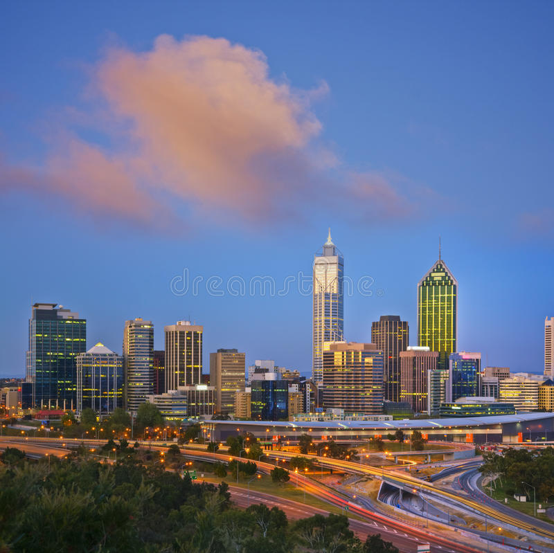 Perth-Skyline am Twilight Westaustralien-Quadrat lizenzfreies stockbild