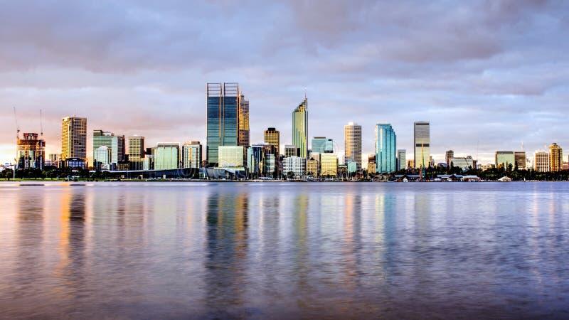 Perth stadshorisont i afton, med svanfloden som förgrund arkivfoton