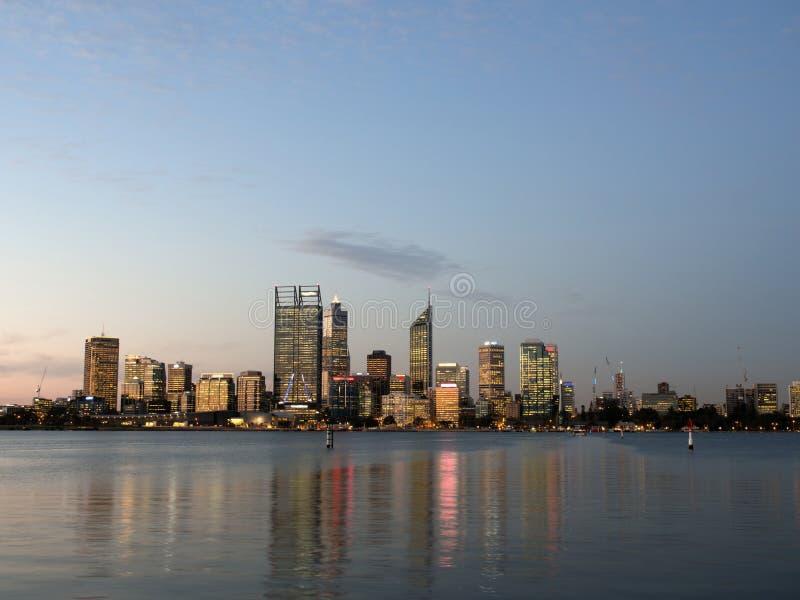 Perth stadshorisont och svanflod på skymning royaltyfri fotografi