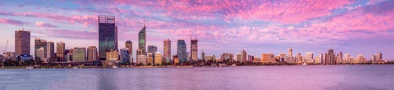 Perth-Stadt-West-Australien-Landschaft durch den Schwan-Fluss am Abend lizenzfreie stockbilder