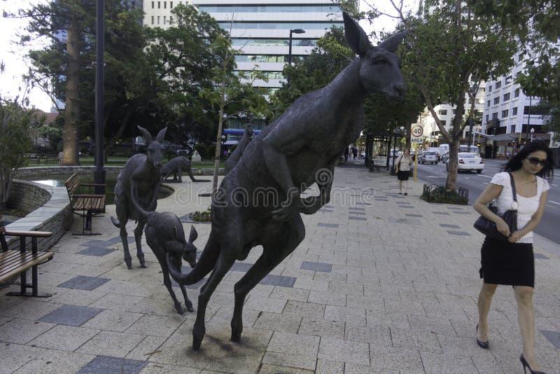 Perth, Westelijk Australië/Australië 01/20/2013: Kangoeroesbeeldhouwwerken op de straat St Georges Terrace stock fotografie