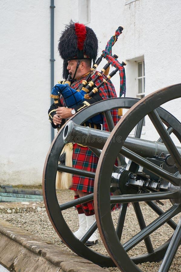 Perthshire, Großbritannien - 20. August 2016: Ein Armeevertreter, der Dudelsäcke an Blair Atholl-Schloss spielt lizenzfreies stockbild