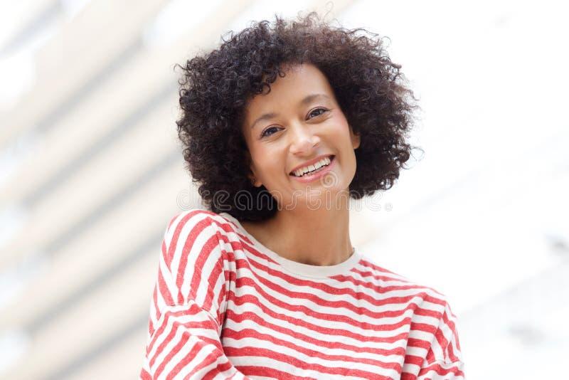 Perto acima da mulher afro-americano mais idosa que sorri fora fotos de stock