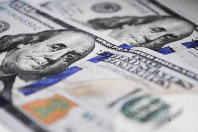 Perto acima de cem baknotes do dólar com o retrato de Benjamin Franklin foto de stock