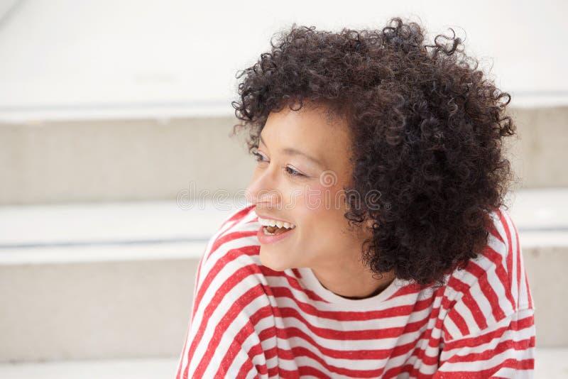 Perto acima do riso afro-americano mais velho da mulher fotos de stock royalty free