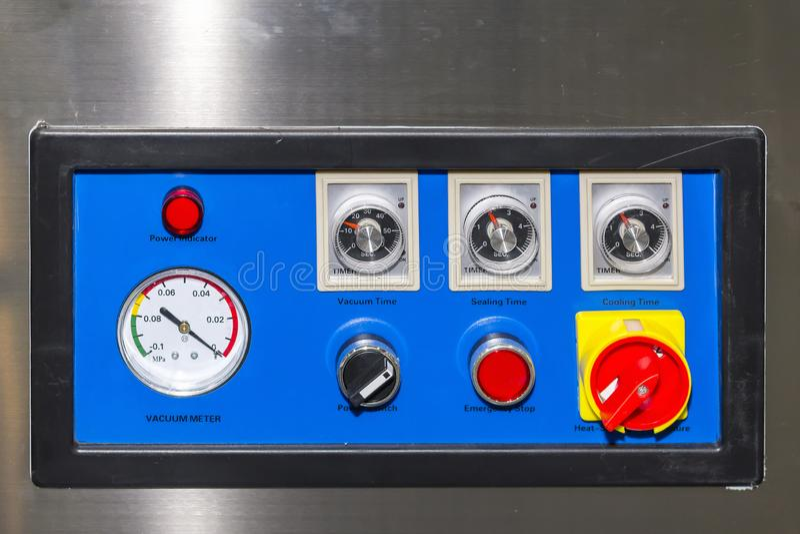 Perto acima dos muitos controlador do interruptor e do seletor do painel de controle da máquina de embalagem alta-tecnologia e au fotografia de stock