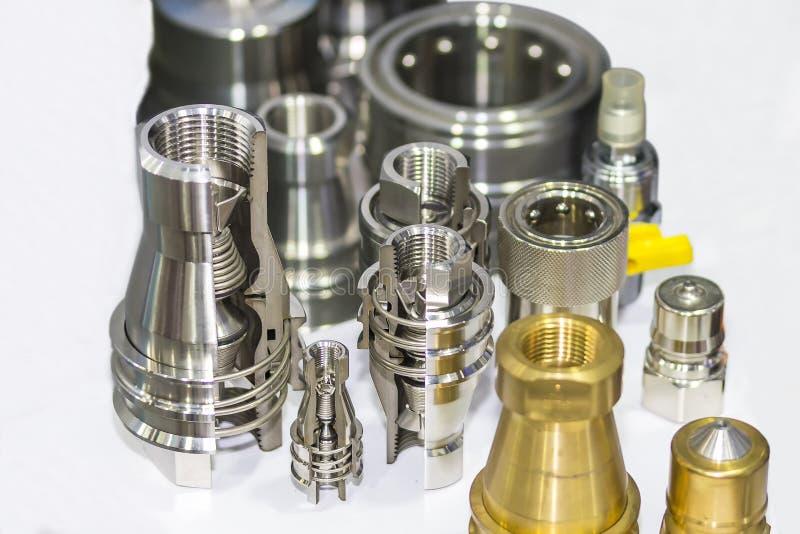 Perto acima dos muitos tipo do conector de acoplamento rápido do equipamento do metal para a água e o óleo do ar no fundo branco imagem de stock