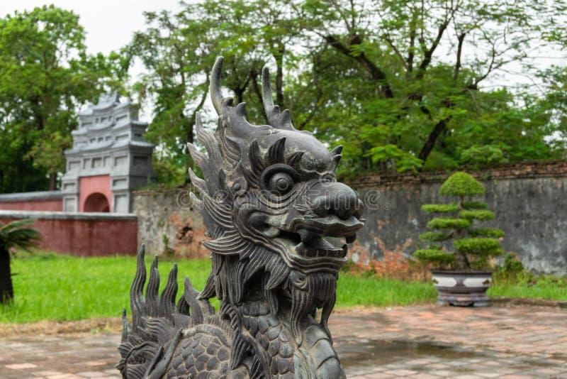 Perto acima, Dragon Head In antigo de bronze um templo foto de stock