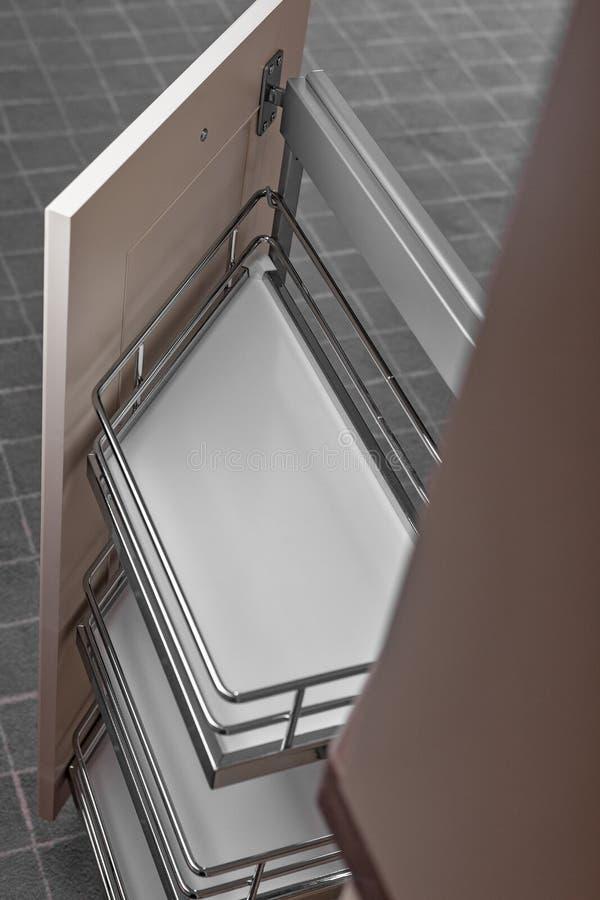 Perto acima em casa interior Cozinha - porta aberta com a prateleira da mobília do cromo Madeira e Chrome materiais, projeto mode imagem de stock