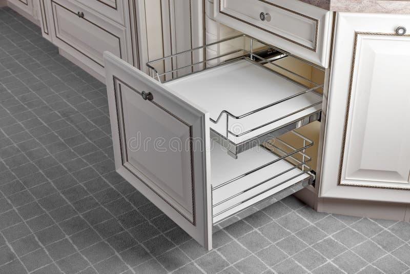 Perto acima em casa interior Cozinha - porta aberta com a prateleira da mobília do cromo Madeira e Chrome materiais, projeto mode imagens de stock