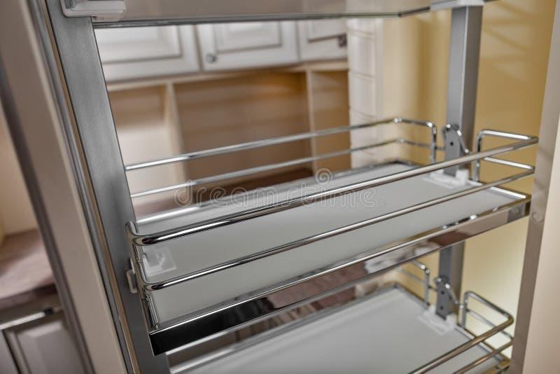 Perto acima em casa interior Cozinha - porta aberta com a prateleira da mobília do cromo Madeira e Chrome materiais, projeto mode imagem de stock royalty free