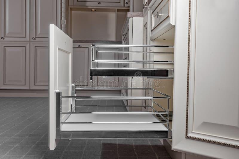 Perto acima em casa interior Cozinha - porta aberta com a prateleira da mobília do cromo Madeira e Chrome materiais, projeto mode imagens de stock royalty free