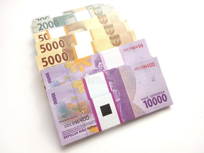 Perto acima, foto simples da foto do ângulo alto, vista superior, blocos do dinheiro de Indonésia da rupia, 2000, 5000, 10000, no foto de stock