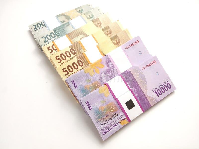 Perto acima, foto simples da foto, vista superior, blocos do dinheiro de Indonésia da rupia, 2000, 5000, 10000, no fundo branco fotos de stock royalty free