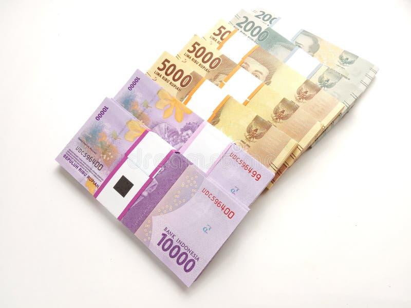 Perto acima, foto simples da foto, vista superior, blocos do dinheiro de Indonésia da rupia, 2000, 5000, 10000, no fundo branco foto de stock royalty free