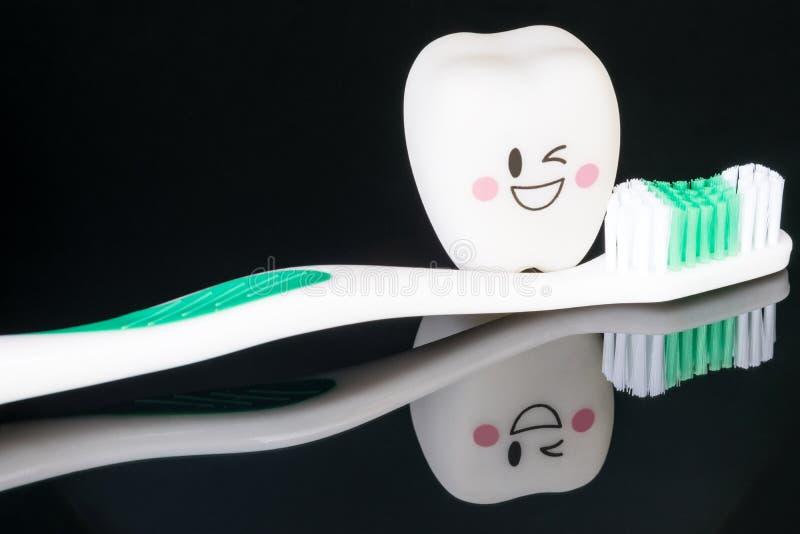 Perto acima; Modo dental das ferramentas e dos dentes do sorriso fotos de stock