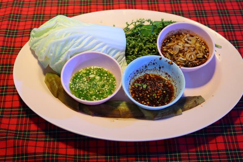 Perto acima, o molho de pimentão fresco, molhos, alimento tailandês, pôs um copo dos pratos sobre a tabela fotografia de stock
