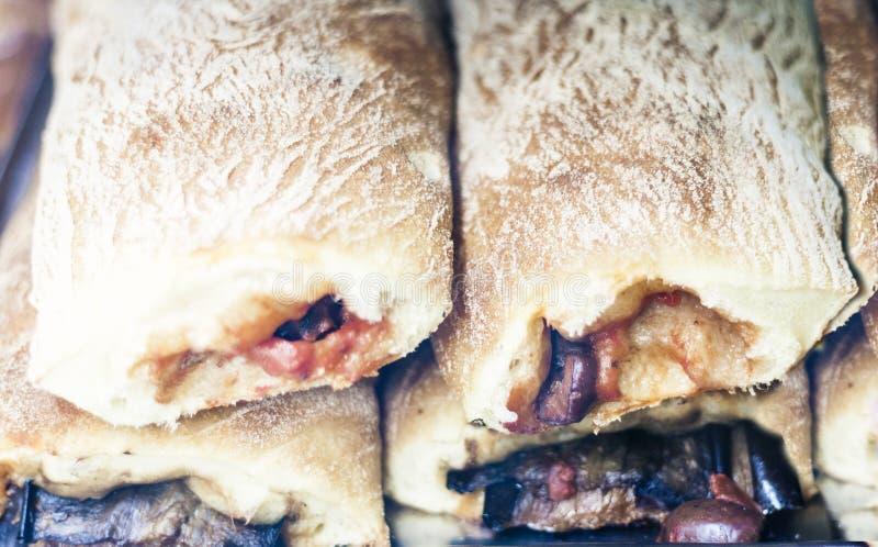 Perto acima pastel recentemente cozido do sopro com carne e beringela do forno na loja da padaria de Catania, Sic?lia, It?lia imagens de stock royalty free