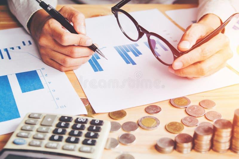Perto acima, relatório da escrita da mão e finanças do cálculo e para calcular em casa no escritório da tabela fotos de stock royalty free