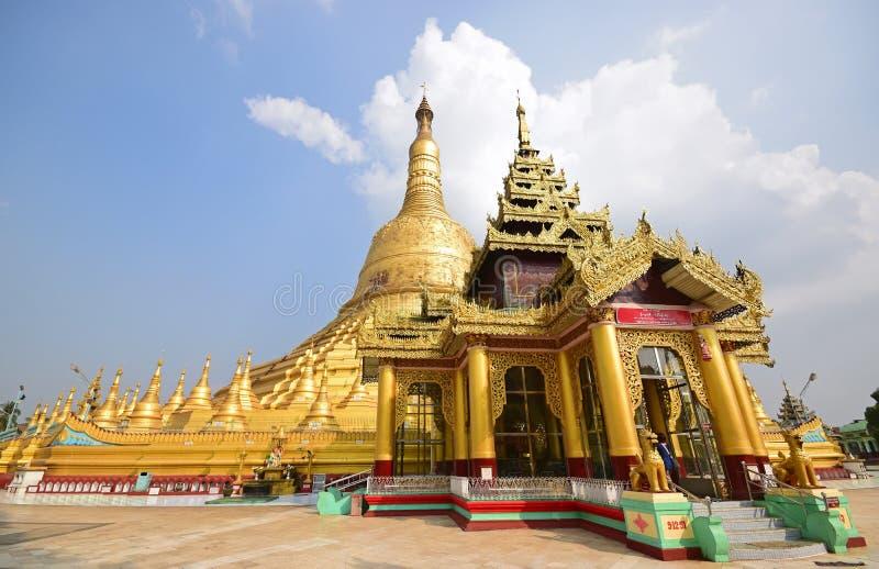 Perto da entrada principal do pagode de Shwemawdaw em Bago, Myanmar foto de stock
