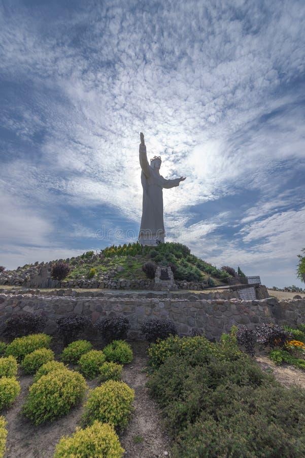 Perto de Poznan Swiebodzin Polônia na opinião do 11 de setembro de 2018 das copas de árvore verdes na figura alta de Jesus Christ fotos de stock royalty free